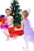 девочек сестер вокруг елки суетиться учитывая коробки w — Стоковое фото