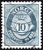 NORWAY - CIRCA 1951: A stamp printed in Norway shows crown, post horn and value, circa 1951. — Foto de Stock