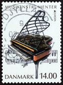 """Danmark - Circa 2014: En stämpel tryckta i Danmark från """"Musikinstrument"""" fråga visar Grand piano, circa 2014. — Stockfoto"""