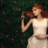 Femme portrait fabuleux couché dans le champ de fleurs — Photo