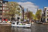 Amsterdam-Stadt mit Canal in Holland — Stockfoto