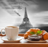 Coffee with croissants against Eiffel Tower in Paris, France — Stock Photo