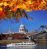 St Paul's Cathedral with tourist boat in London, England — Stock Photo