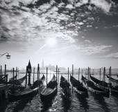 Venetië met gondels op kanaal in Italië — Stockfoto