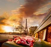 Eiffel Tower during beautiful  spring morning in Paris, France — Stock Photo