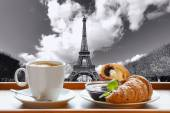 Coffee with croissants against Eiffel Tower in Paris, France — ストック写真
