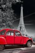 Eiffeltoren met oude rode auto in Parijs, Frankrijk — Stockfoto
