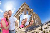 Couple taking selfie against Parthenon temple on Acropolis in Athens, Greece — Stock Photo