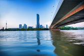 Ciudad moderna con el río Danubio en Viena, Austria — Foto de Stock