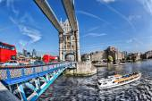イギリスのロンドンの赤バスと観光ボートとタワー ブリッジ — ストック写真