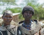 Traditionally dressed women from Tsemay tribe. Weita. Omo Valley. Ethiopia. — Foto Stock