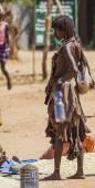 Hamar woman seller at village market. — Stock Photo