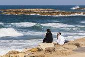 Pár na pláži má výhled. Tel Aviv, Izrael — Stock fotografie