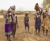 Enfants et femme de la tribu Mursi dans le village de Mirobey. Vallée de l'Omo. Éthiopie. — Photo