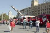 Fire engines at the exhibition stand under the open sky on the forecourt of Volgograd. — Foto de Stock