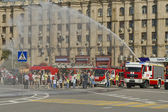 Fire engines at the exhibition under the open sky demonstrate the possibility of a fire hose — Stock Photo