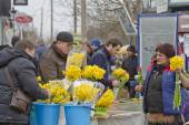Selling flowers at a makeshift flower markets on the eve of international women's day — Stock Photo