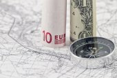 Banknotes of the Euro and the dollar depict the pillars on the virtual frontier — Stock Photo