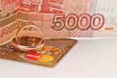 Trouwringen en mastercard gold — Stockfoto