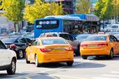 Traffic approaching on a busy road through the Gangnam district — Stock Photo