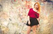 古い塗られた壁の背景を持つ若い女性モデル屋外都市ストリート ・ ファッション ライフ スタイルのトレンディなコンセプト — ストック写真
