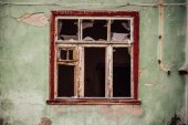 Smashed glass Window with old wooden frame on grunge wall damaged house — Stock Photo