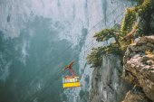 Yellow Funicular Cable cabin high transportation with Rocky Mountains on background Summer day — Foto Stock