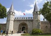 Turistas perto do portão principal do palácio de topkapi — Foto Stock