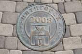 Memorable manhole cover in Pyatigorsk — Stock Photo