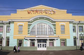 ULAN-UDE, RUSSIA - FEBRUARY 4: Building of the passenger train station on Fevruary 4, 2015 in Ulan-Ude. — Stock Photo
