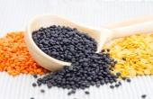 黒、赤と黄色のレンズ豆の木製スプーン — ストック写真