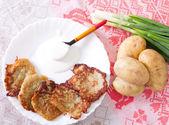 Potato flapjacks with sour cream and leek — Stock Photo