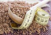 Medición de cinta en trigo sarraceno, que se utiliza en las dietas — Foto de Stock