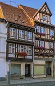 La calle con casas con entramado de madera en quedlinburg, alemania — Foto de Stock