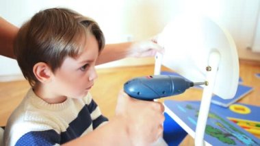 Kleiner Junge mit diy-tool — Stockvideo