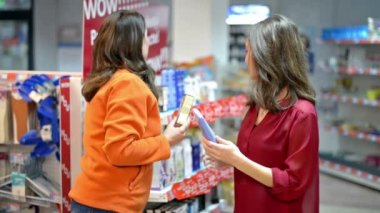 Customer choosing cosmetic products in supermarket — Stock Video
