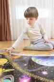 Enfant à résoudre un Puzzle — Photo