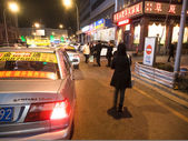 People calling taxis on the road — Foto de Stock