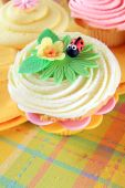 Cupcake with flower and ladybug — Stock Photo