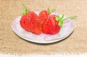 Platillo con fresas — Foto de Stock