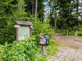 Young tourist near scheme mountain routes — Stock Photo