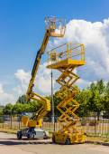 Scissor lift and articulated boom lift — 图库照片