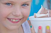 Girl with orthodontics and ice cream — Stockfoto