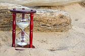 Sand timer in sand — Stockfoto