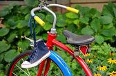 Džínové tenisky na kole — Stock fotografie