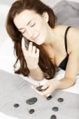 Kobieta z gorących kamieni spa — Zdjęcie stockowe