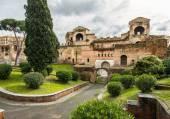 ローマの壁にポルタ ・ asinaria とガードの塔 — ストック写真