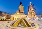 Brasov, Romania with an old Christmas tree — Stock Photo