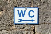 老石头墙上厕所标志 — 图库照片