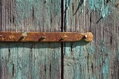 Rusty metal bar on vintage wooden background — Stock Photo